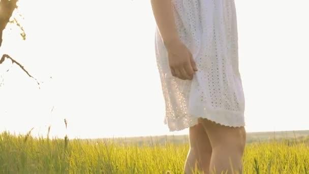 a lány kezét felemeli a szegélyét s sundress slow motion videót