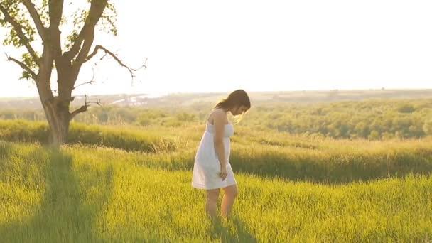 zöld réten a lány öltözött slow motion videót