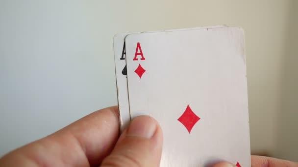 uomo che tiene un gioco nella combinazione di carte di casinò poker di tre assi