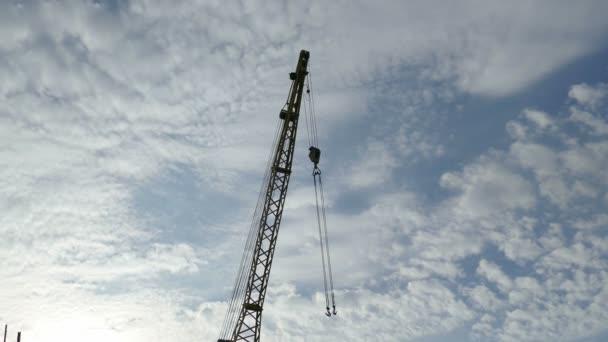 stavební jeřáb proti modré obloze video