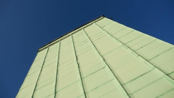 vysoká budova výroby proti obloze sýpku video