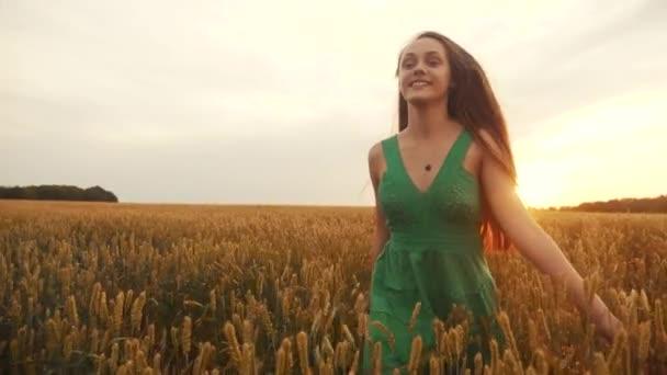 Mädchen rennen über das Weizenfeld im Park. Landwirtschaft Spaß Kinder träumen Konzept. Bäuerin läuft mit den Händen über das Weizenfeld. glückliches freies Mädchen läuft in landwirtschaftlichem Park