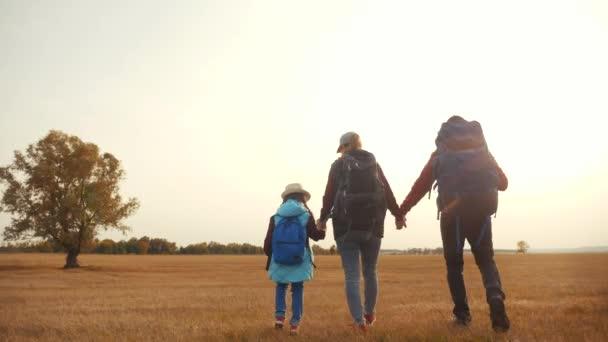 cestování šťastný rodinný turisté pěší park na podzim. lidé v parku turistů koncept. rodiče jejich dcera s batohy jet na výlet. Happy rodina podzim turisté pěší turistika v divokém parku