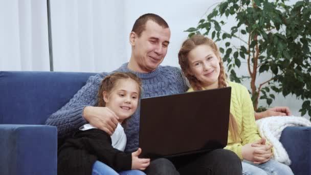 Gruppe von glücklichen Familie zu Hause macht Willkommensvideo-Anruf ein auf Laptop. Videokonferenz soziale Distanz Lockdown. glückliche Familie zu Hause bleiben Gruppengespräche Videoanruf im Chat. Soziale Distanz