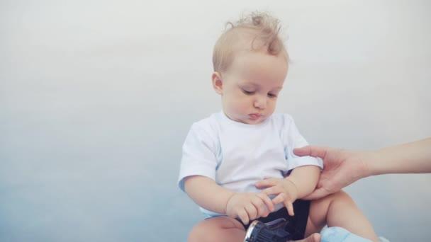 dítě batole hrát s kartáčem doma. Chlapec syn portrét zblízka. Malá holčička si hraje doma. šťastná rodinná zábava zůstat doma koncept