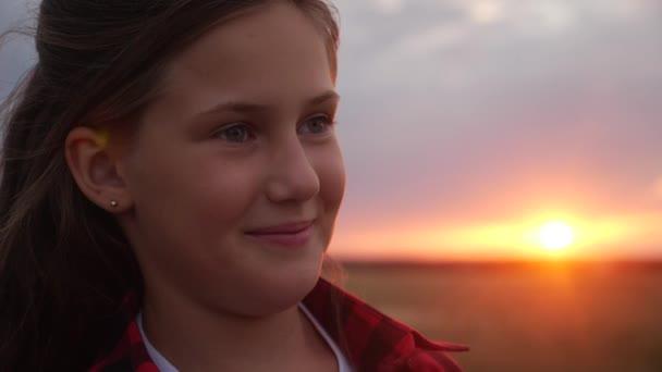 Porträt Teenie-Mädchen träumt im Park bei Sonnenuntergang. happy family kid dream concept. Teenie-Mädchenporträt denkt über Glück nach. Tochter träumt. Kind träumt vom Sonnenuntergang