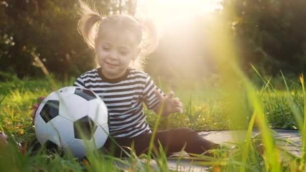 Táta si hraje s dcerou v parku. Šťastný rodinný kempování dítě snít koncept. dcera dítě házet míč navzájem zábava hrát siluetu. dívka dítě v parku relaxační sen v přírodě venku