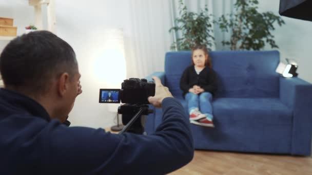 dětský video blogger. videograf natáčí video blog ve studiu s malou dívkou pro on-line platformu. dítě sen blogger záznamy vlog na kameru. Malá Youtuber dívka v zákulisí
