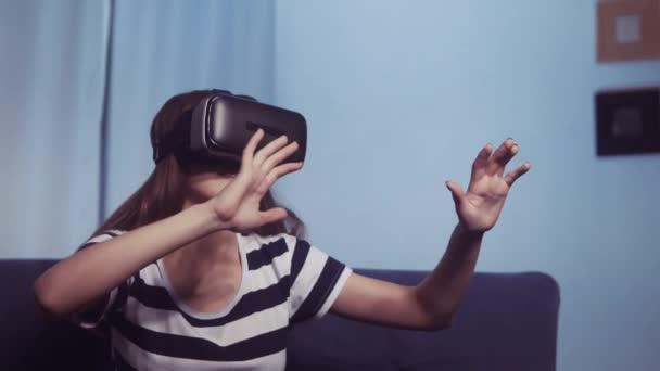 Virtuelle Realität. junges Mädchen mit 3D-Brille sieht 360-Grad-Videos träumen. , um Online-Videospiele-Gadget zu sehen. Mädchen mit Virtual-Reality-Brille. Kindertraum. Neue digitale Technologien bleiben zu Hause