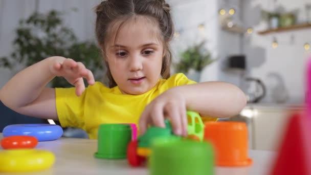 Holčička si hraje s autíčkem. Dítě si hraje s hračkami a válí auto na parkovišti. hrát si s autíčkem na stole. dítě si hraje doma s hračkami. dítě snít šťastné dětství koncept