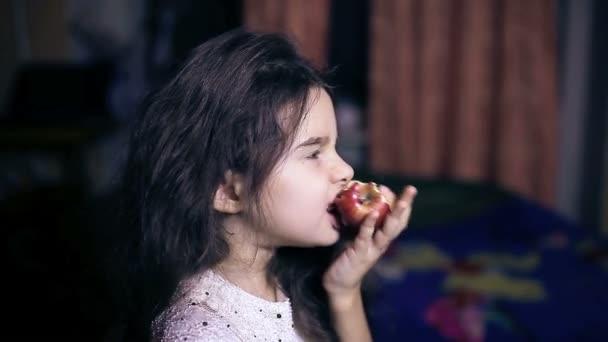 Dospívající dívka dítě jíst jablko kouše zdravé výživy pro šest let bruneta