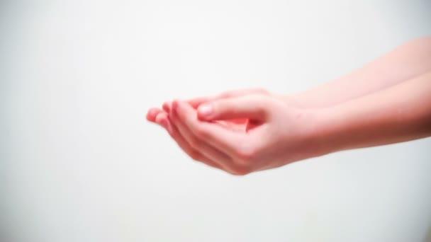 Isolado de mãos grande aperto de mão criança adulto familiar símbolo ...