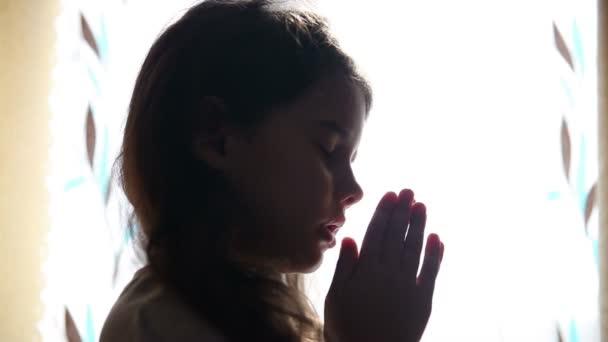 Kind jugendlich mädchen betet silhouette im fenster video hd 1920x1080