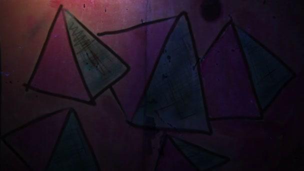 Videóinak mozgás graffiti piramis, háromszög dísz éjszakai fény mozog a fal absztrakt háttér minta hd 1920 x 1080