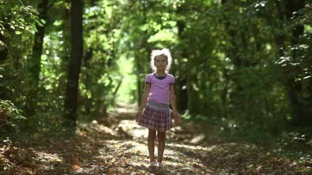 dospívající dívka v lese vyvolává rukama, aby sluneční meditace jednoty s přírodní podzimní sluneční cesta