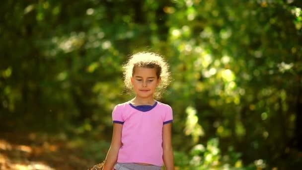 Portrét dospívající dívka hází žluté listy podzimní pádu velkých gre