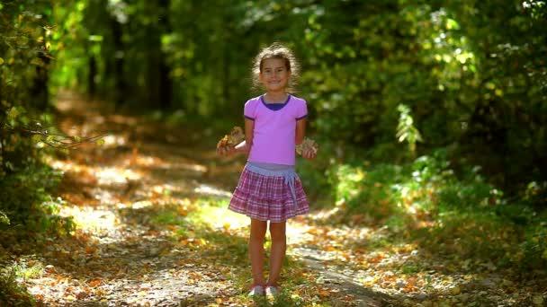 Portrét dospívající dívka hází skákání žluté listy podzimní pádu l