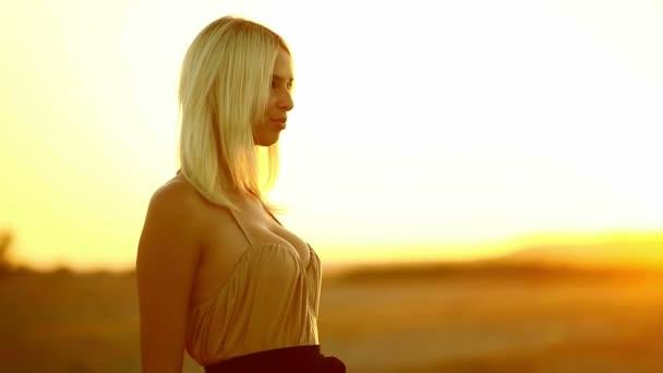 lány fiatal csábító nő mosolyogva naplemente szexi sárga sivatagi homok sárga háttérrel