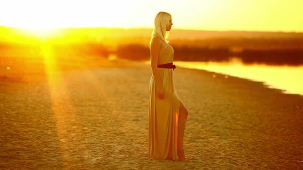 dívka svůdná žena jít na se usmívá na slunce sexy žluté pouštní písek žluté pozadí