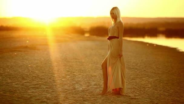 dívka svůdná žena šaty vyvíjí jdou na usmívající se na západ slunce sexy žluté pouštní písek žluté pozadí