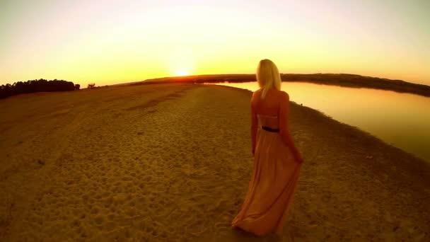 mladá svůdná sexy dívka žena šaty vyvíjí jdou na usmívající se na západ slunce žluté pouštní písek žluté pozadí
