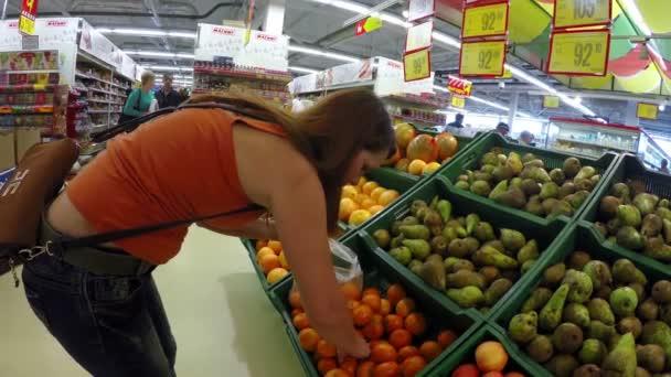 zvolí žena hrušky jablka v obchodě trh dívku