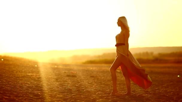 fiatal csábító ruha szexi nő fejleszt megy mosolyogva sunset yellow sivatagi homok sárga háttérrel