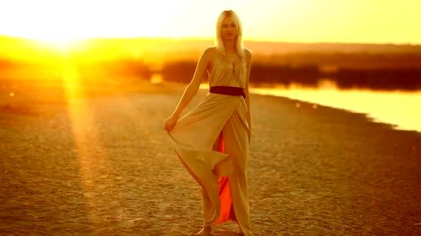 dívka sexy svůdná žena šaty vyvíjí jdou na usmívající se na západ slunce žluté pouštní písek žluté pozadí