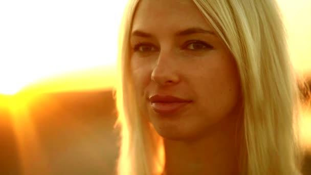 Portré fiatal lány csábító szexi nő mosolyogva sunset yellow sivatagi homok sárga háttérrel