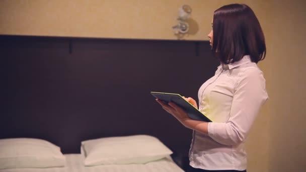 Žena říká podnikatel pracuje na tabletu v pokoji internet OSVČ