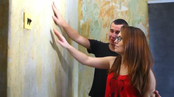 žena a muž pracující rodinný dům malíř barvy zdi opravy v bytě životní styl