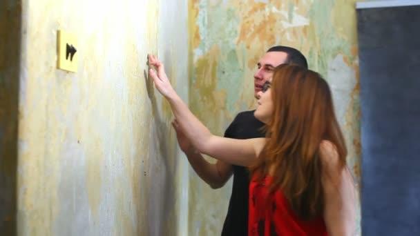 žena a muž pracuje životní styl rodinného domu malíř barvy zdi opravy v bytě