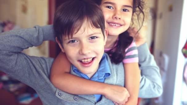 štěstí chlapec děvče objímání křičet bratr a sestra