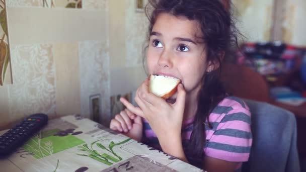 dospívající dívka jí chleba s máslem čaj pijáci snídaně