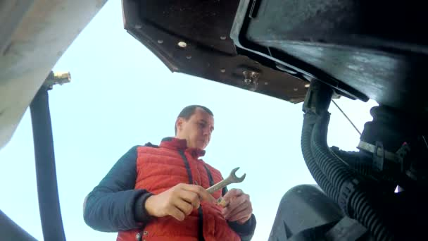 muž mechanik opravovat auta auto členění motor otočí klíčem Hd