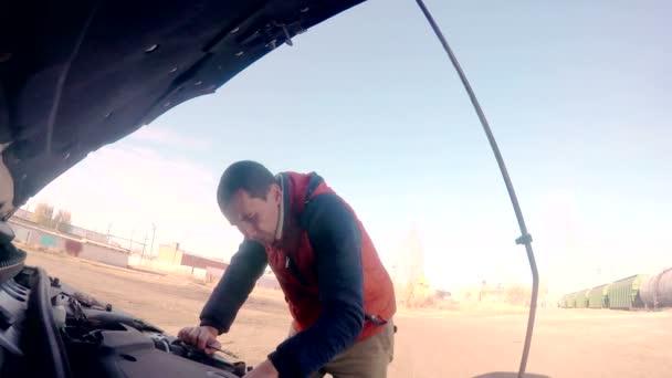 muž mechanik opravovat auto auto členění motor otočí klíčem Hd