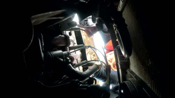 muž mechanik auto opravy poruchy motor otočí klíčové podhledem