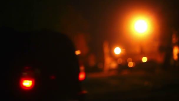 auto auto jede v noci neznámý člověk jde světle lucerny silueta