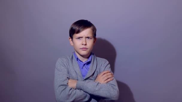 Tizenéves fiú csinál egy szuperhős kézi távcsővel figyeli a hatalom, a bizalom