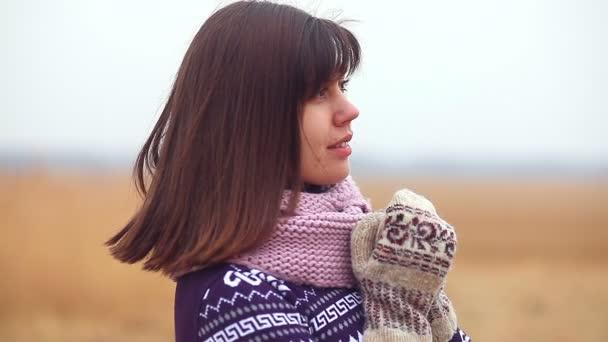 portrét ženy dívka v svetr šála a palčáky na přírodní podzimní chladné suché trávy
