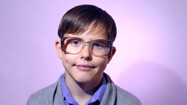 Portrét chlapce teenager školák blbeček brýle na fialovém pozadí vzdělání