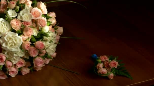 Svatební kytice na stůl butterfly kravatu a boty