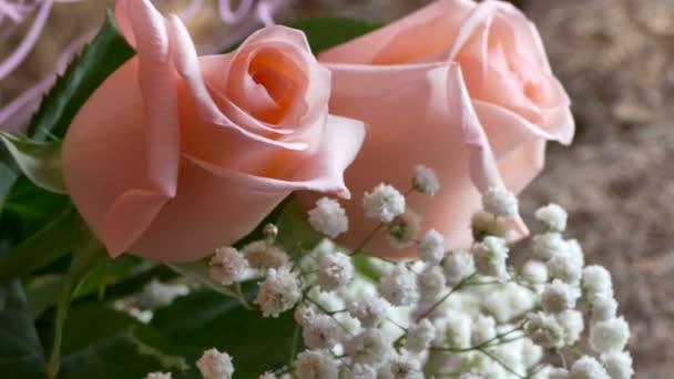 Kytice růžových růží, ležící na židli v pokoji