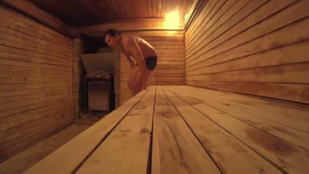 hombre en sauna cuarto de vapor de madera — Vídeo de stock ...