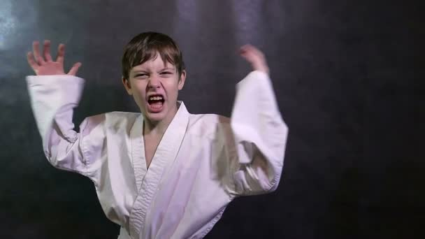 Karate kluk zlobí dítě křičí, mával zbraní porážky