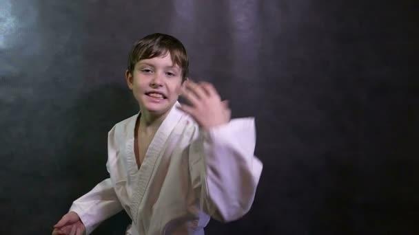 Karate fiú gyerek dühös kiabál, integetett a fegyverek vereséget