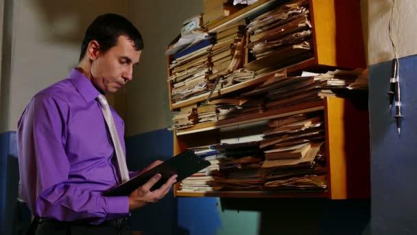 Účetní úředník řekl papírování v kanceláři staré retro