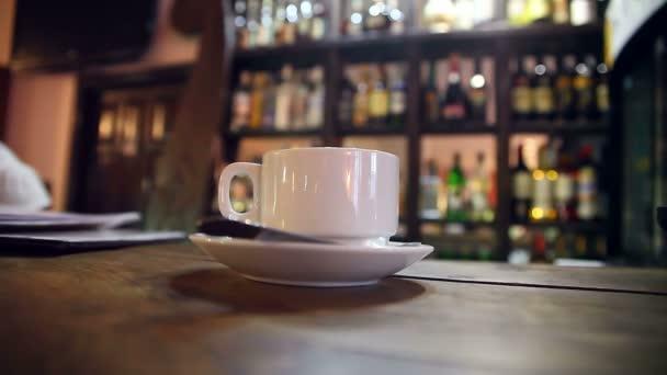 kávu s cukrem je v baru v kavárně