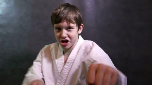 karate chlapec bojuje dítě údery na kameru