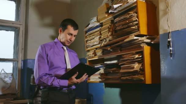 Účetní úředník muž retro dotkne papíru ve staré kanceláři